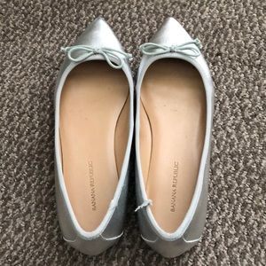 Fun Silver Banana Republic Flats size 7.5